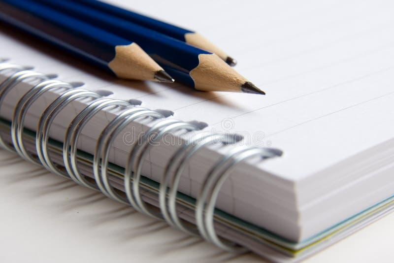 Pista y lápices imagen de archivo