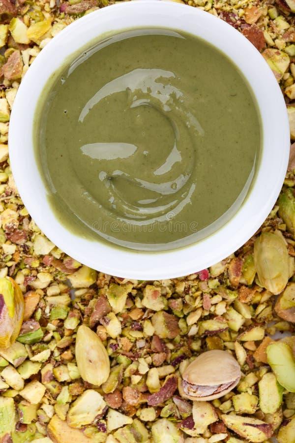Pistache urbech Natuurlijk nootdeeg van pistache stock afbeelding