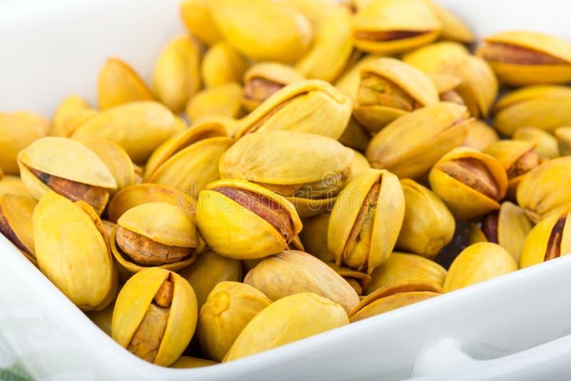 Pistaches dans les coquilles jaunes rôties avec le safran photo stock