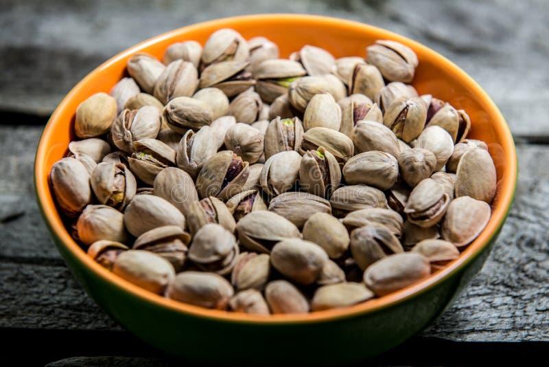 Pistaches dans une cuvette, nourriture végétarienne image stock