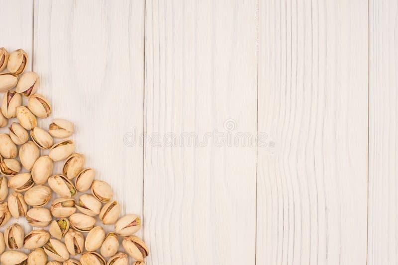Pistaches rôties sur en bois naturel photo libre de droits
