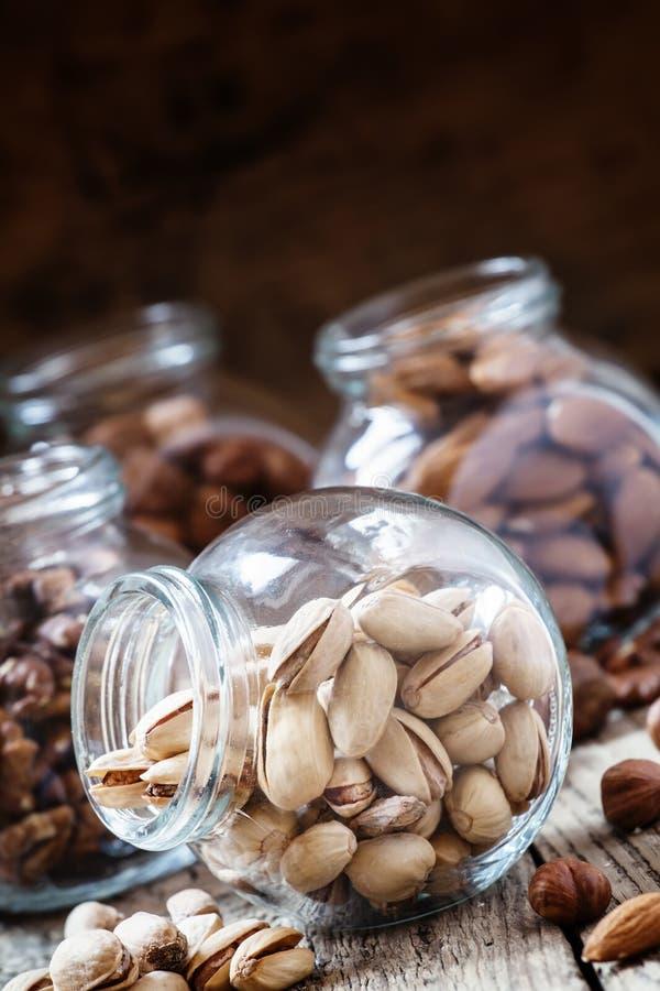 Pistaches salées dans un pot en verre, mélange d'écrou, foyer sélectif photographie stock libre de droits