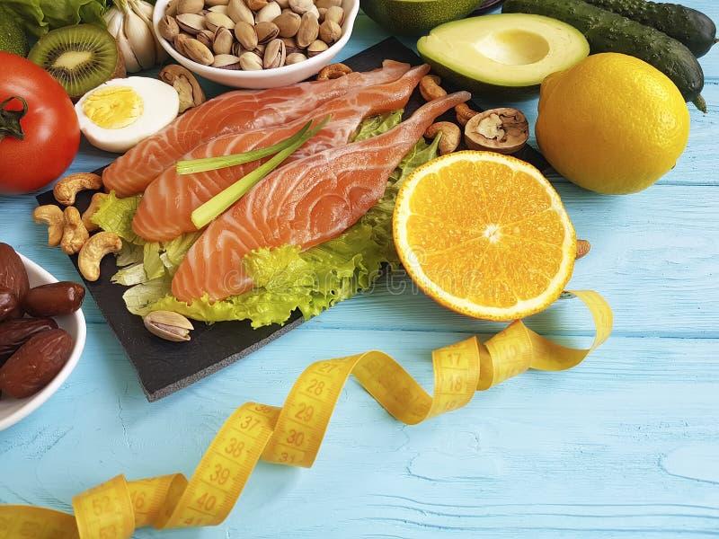 Pistacho de color salmón de la vitamina de la salud de la ensalada de la fecha de los pescados imagen de archivo