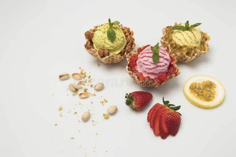 Pistacjowego pation owocowi i truskawkowi lody na białym tle z towarzyszyć owoc zdjęcie royalty free