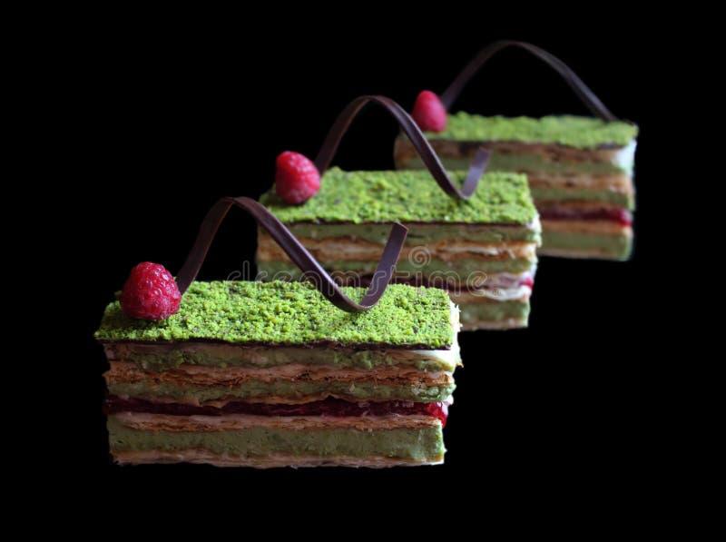 Pistacjowy ptysiowego ciasta tort z malinkami i czekolad? zdjęcie stock