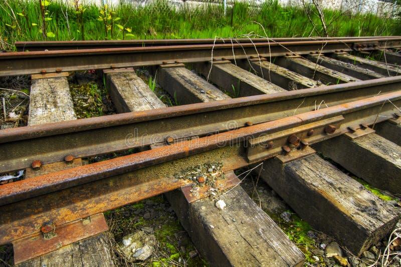 Pistas de ferrocarril abandonadas de Grunge imágenes de archivo libres de regalías