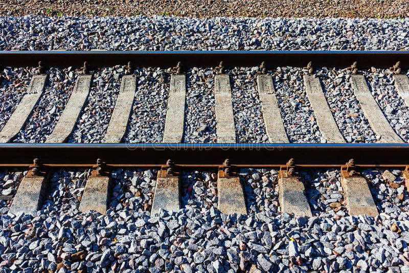 Pistas de ferrocarril con los durmientes concretos fotos de archivo libres de regalías