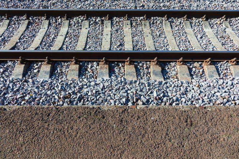 Pistas de ferrocarril con los durmientes concretos fotografía de archivo