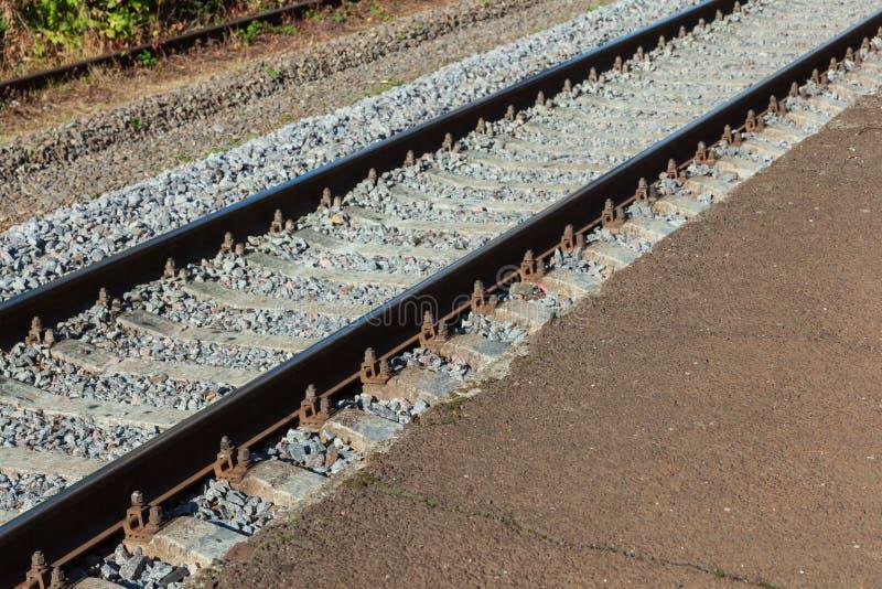 Pistas de ferrocarril con los durmientes concretos fotografía de archivo libre de regalías