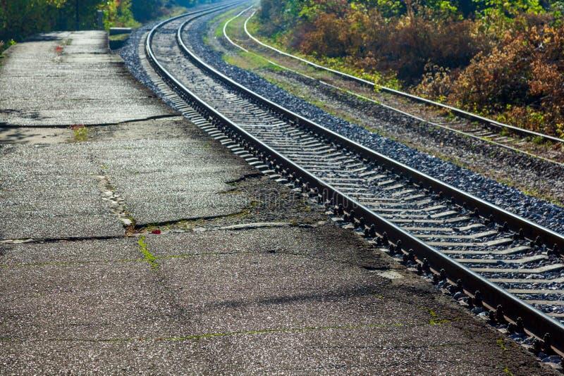 Pistas de ferrocarril con los durmientes concretos foto de archivo libre de regalías