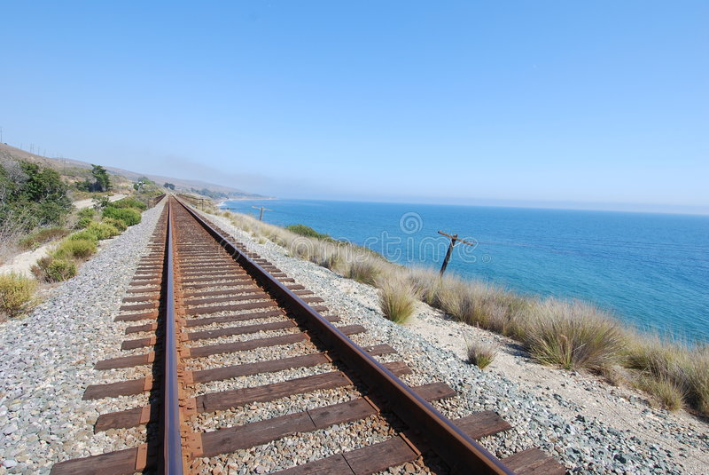 Pistas de ferrocarril costeras imagenes de archivo