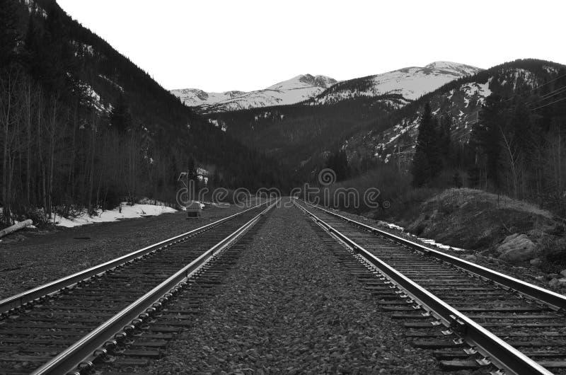 Pistas de ferrocarril en las montañas fotos de archivo