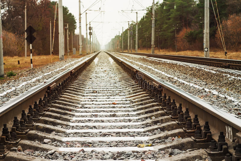 Pistas de ferrocarril entonadas de la foto foto de archivo