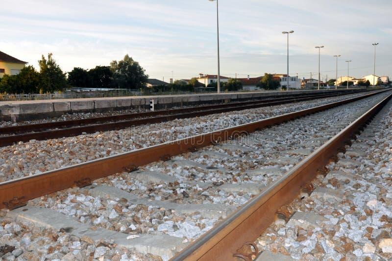 Pistas de ferrocarril, Leiria, Portugal foto de archivo