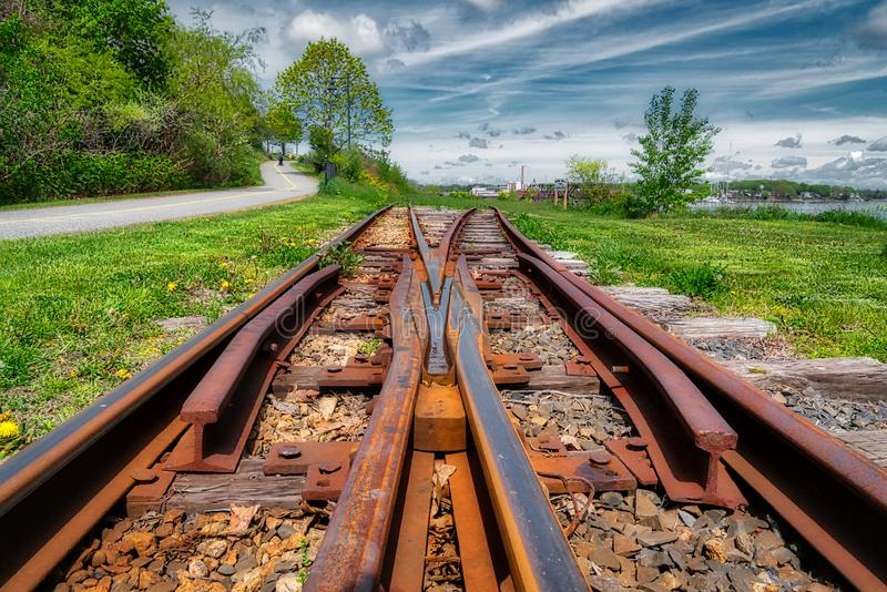 Pistas de ferrocarril que desaparecen en la distancia foto de archivo