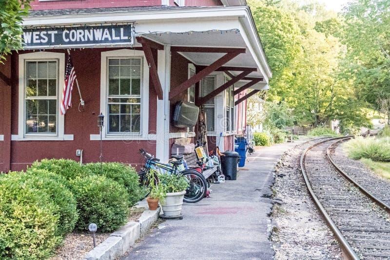 Pistas de ferrocarril, vieja estación imagenes de archivo