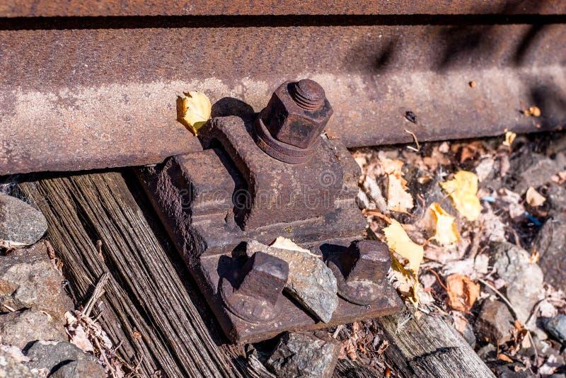 Pistas de ferrocarril viejas con los tornillos y el perno foto de archivo