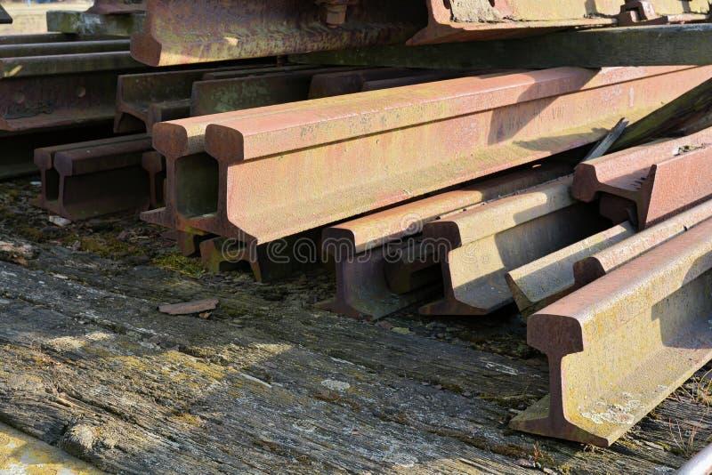Pistas de ferrocarril viejas oxidadas foto de archivo libre de regalías