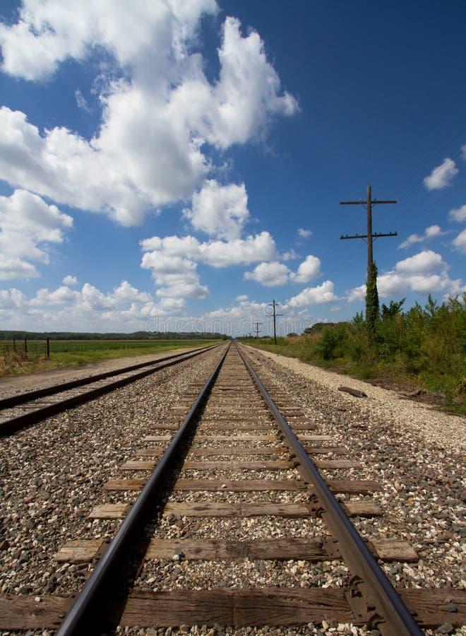 Pistas de ferrocarril y líneas de telégrafo fotografía de archivo libre de regalías