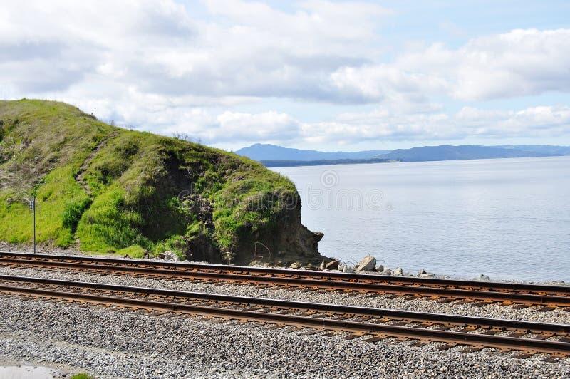 Pistas de ferrocarril y San Fransisco Bay fotos de archivo