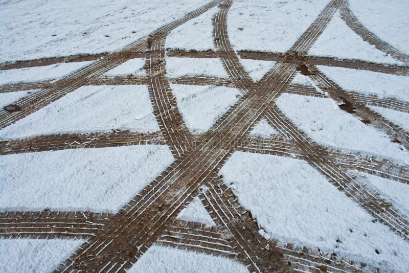 Pistas de la rueda del neumático de coche en la nieve fotografía de archivo