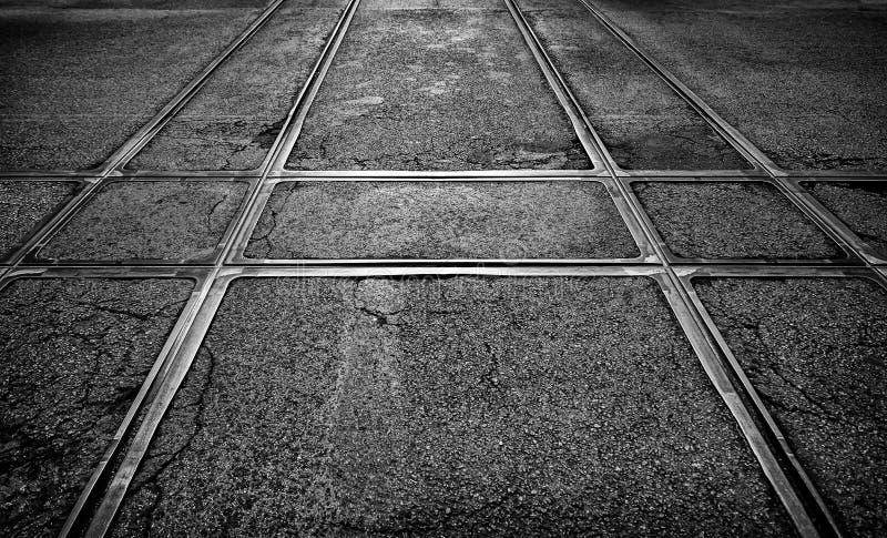 Pistas de la tranvía en la ciudad foto de archivo