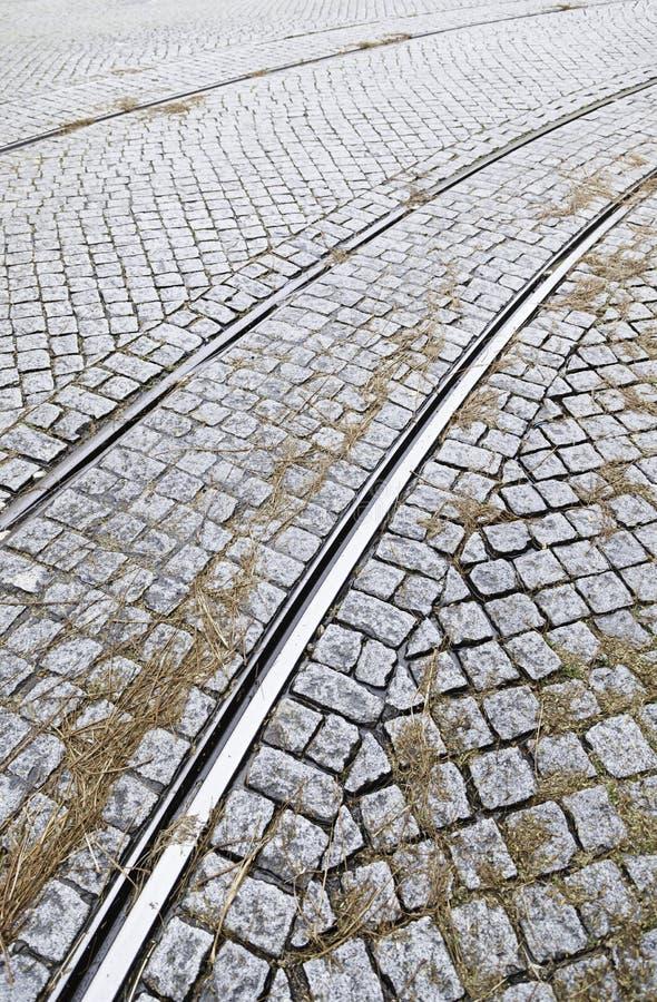 Pistas de la tranvía en una calle en Lisboa fotos de archivo libres de regalías