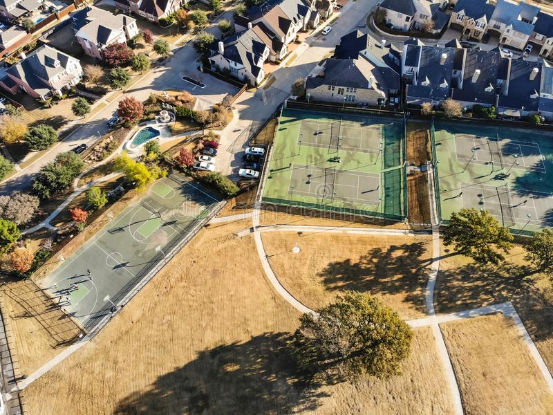 Pistas de tenis residenciales de la visión superior con los jugadores en la mañana del otoño en Tejas del norte, América fotografía de archivo libre de regalías