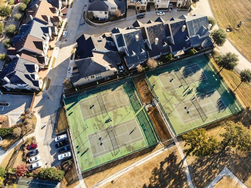 Pistas de tenis residenciales de la visión superior con los jugadores en Tejas, América fotos de archivo