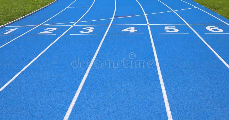 pistas de uma trilha atlética com números um dois três quatro cinco s fotografia de stock royalty free