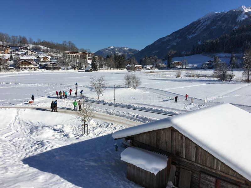 Pistas del lago y del campo a través Goldegg, Austria imágenes de archivo libres de regalías