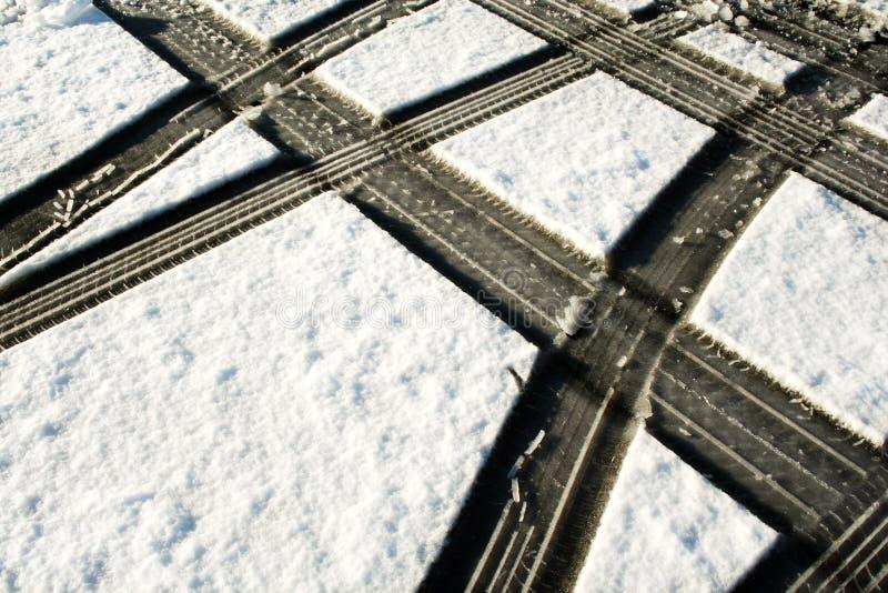 Pistas del neumático en la nieve imagen de archivo libre de regalías