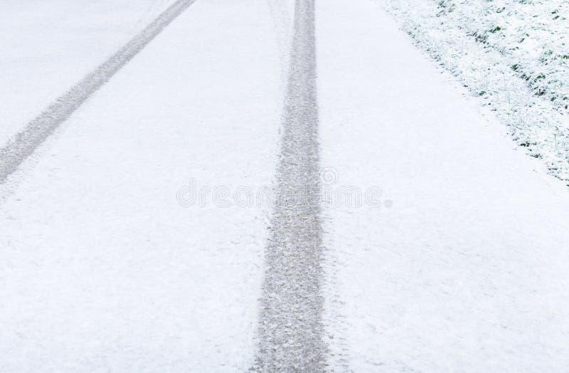 Pistas del neumático en nieve fotografía de archivo