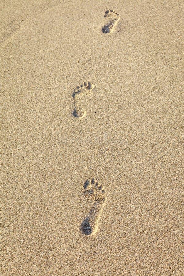 Pistas del pie en la arena, isla de Boracay, Filipinas imágenes de archivo libres de regalías