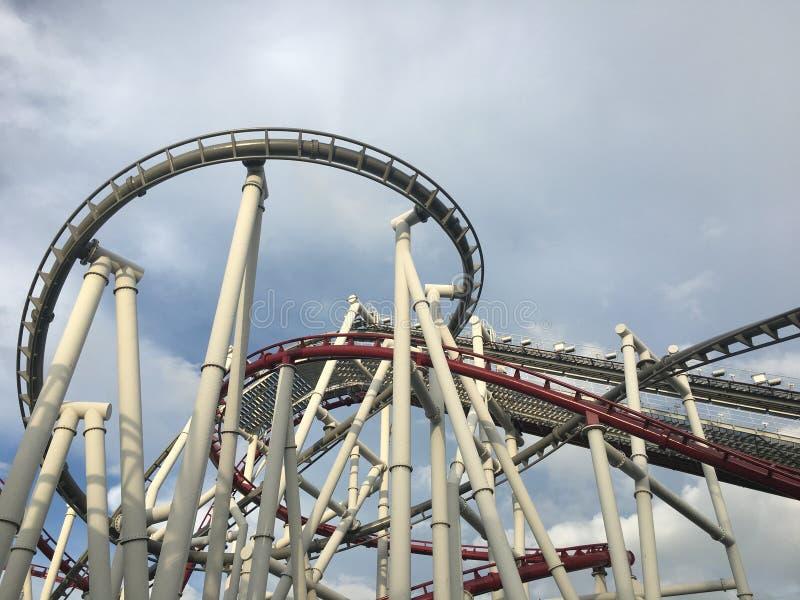 Pistas en duelo rojas y azules del roller coaster fotografía de archivo