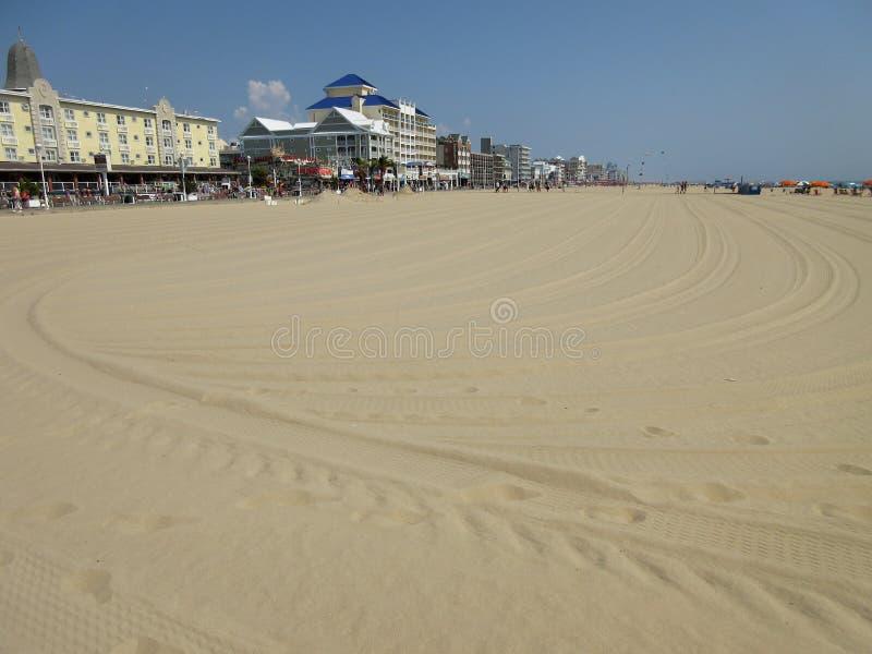 Pistas en la arena en la ciudad Maryland del océano fotografía de archivo