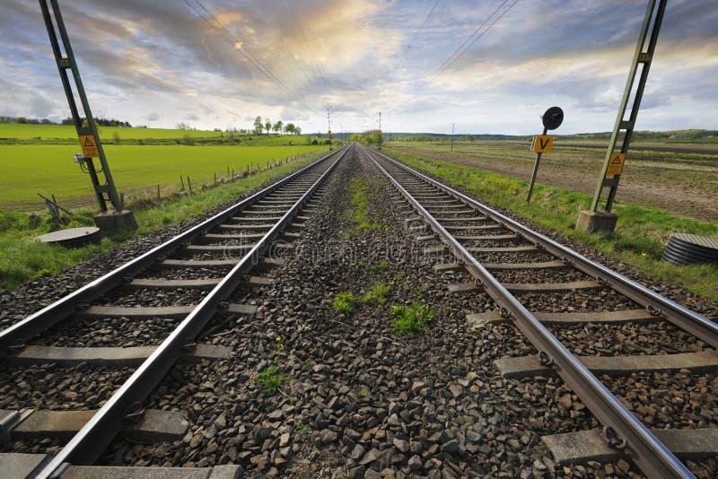 Pistas ferroviarias en horizonte imagen de archivo libre de regalías