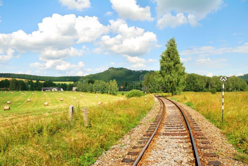 Pistas ferroviarias en un campo hermoso foto de archivo libre de regalías