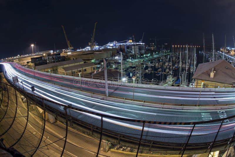 Pistas ligeras del coche en Genoa Flyover en la noche fotografía de archivo