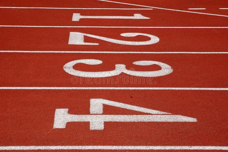 Pistas uma a quatro em uma pista de atletismo imagem de stock royalty free