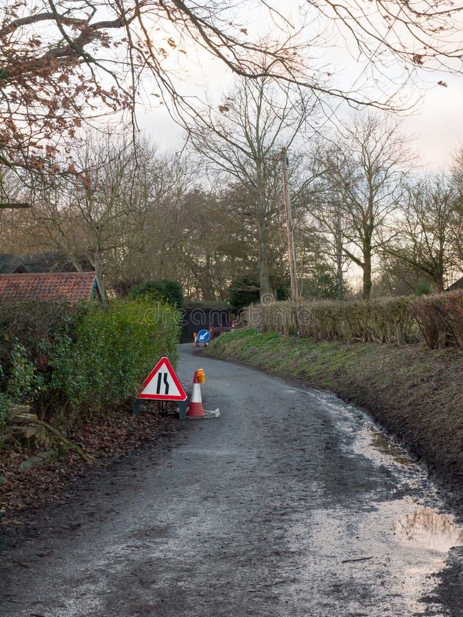 pistas vermelhas do sinal de estrada do triângulo duas linhas repa da construção do tráfego fotos de stock royalty free