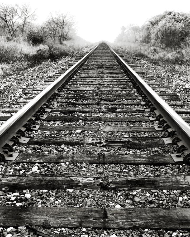 Pistas y niebla de ferrocarril. foto de archivo