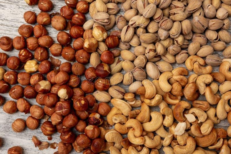 Pistazie-Acajoubaumhaselnüsse auf hölzernem Hintergrund lizenzfreies stockbild