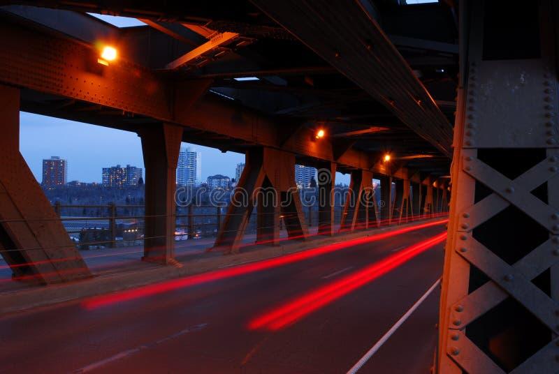 Piste chiare delle automobili in ponticello fotografia stock