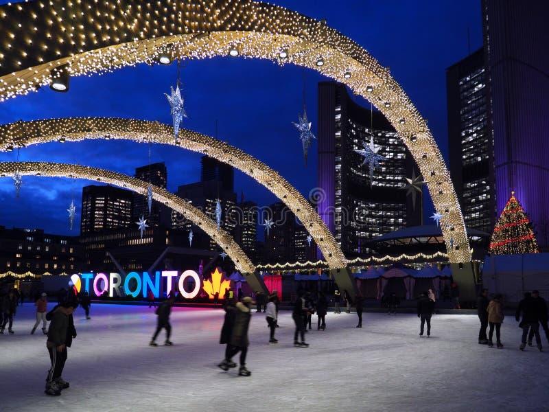 Piste civique de place et de patinage devant l'Hôtel de Ville de Toronto photographie stock libre de droits