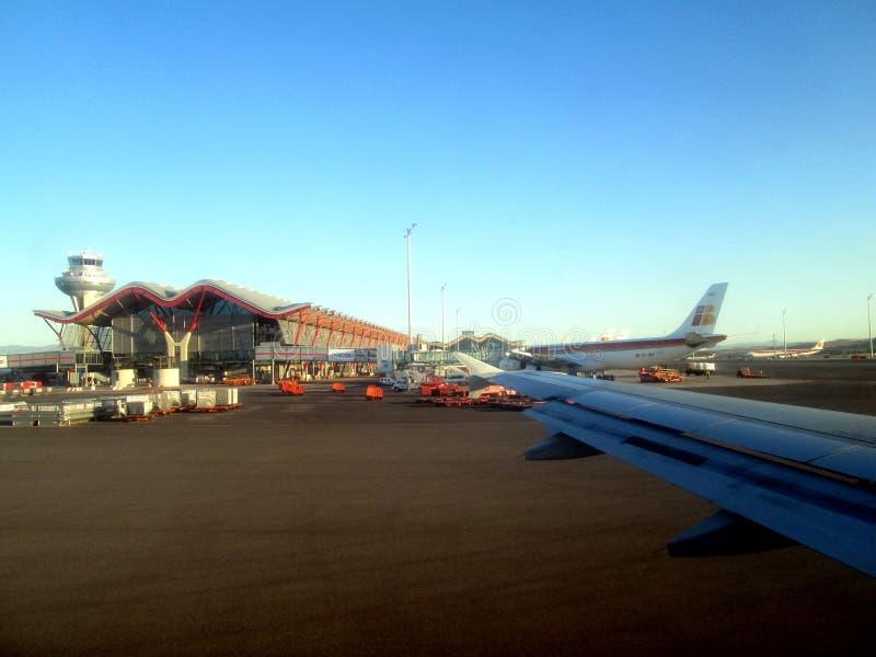 Piste d'aéroport de Barajas vue de la fenêtre de l'avion environ pour prendre l'offMadrid Espagne image libre de droits
