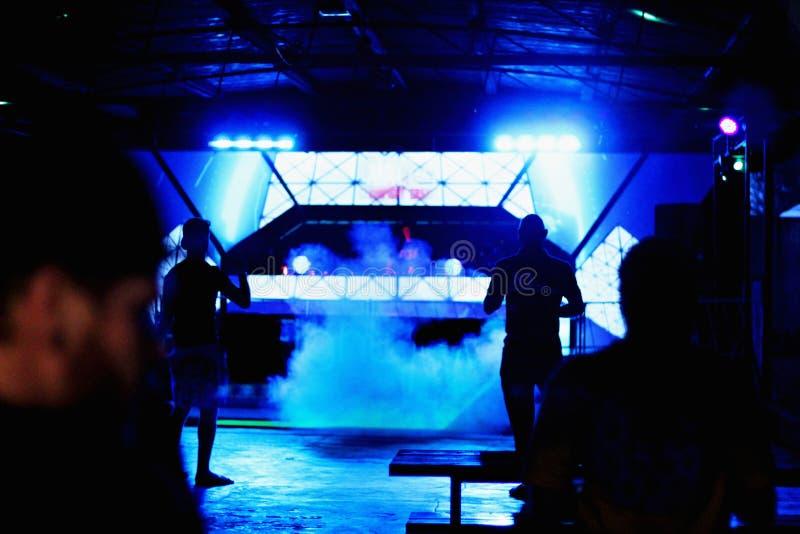 Piste de danse avec la silhouette des personnes et du DJ photographie stock libre de droits