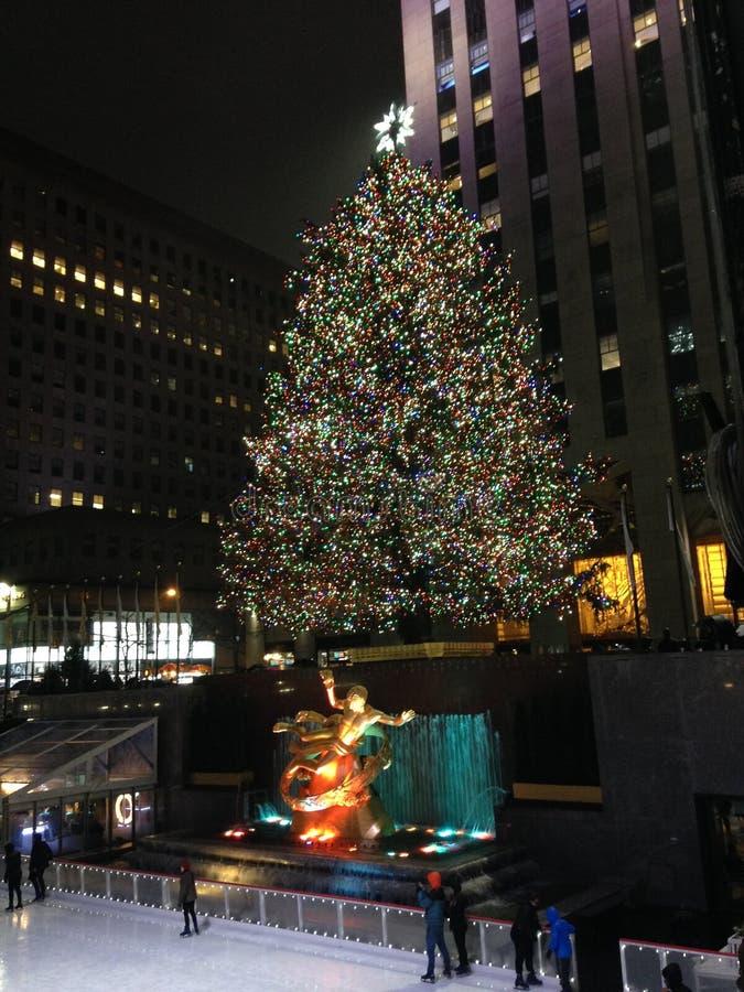 Piste de patinage de glace et arbre de Noël devant le centre de Rockefeller photos libres de droits
