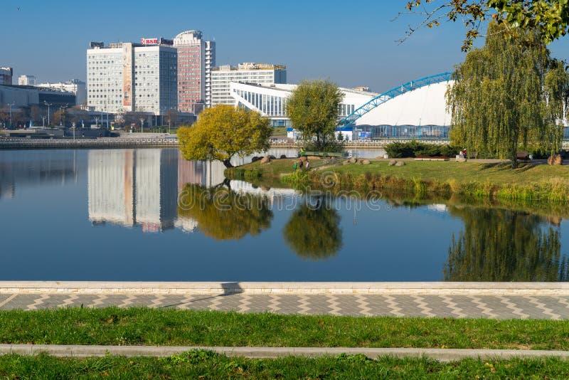 Piste de patinage de glace et palais saisonniers de sports à Minsk image stock