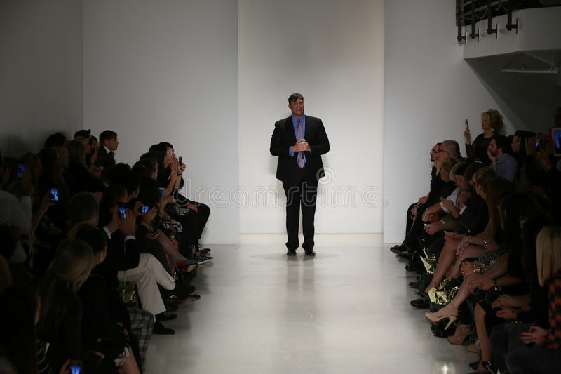 Piste de promenades de Matthew Christopher de concepteur au défilé de mode de Matthew Christopher pendant la collection nuptiale  image libre de droits